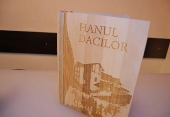 Meniu gravat din lemn Hanul Dacilor