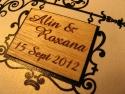 Detaliu blazon din lemn gravat aplicat pe invitatie