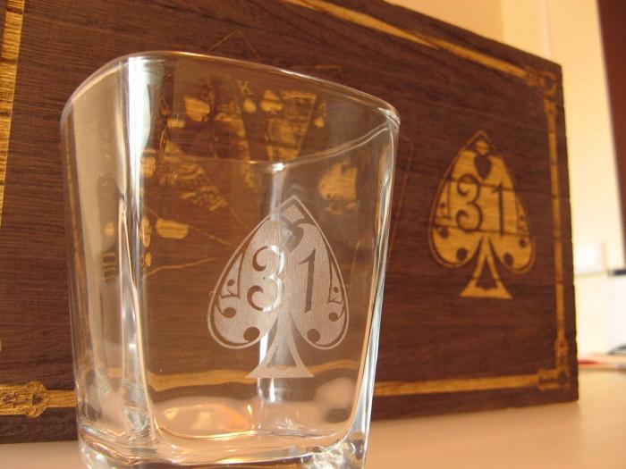 Set pahare in cutie de lemn personalizate prin gravura laser