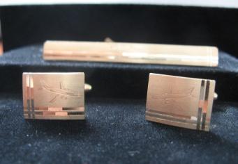 Butoni camasa si ac de cravata din aur personalizati prin gravura mecanica