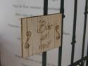 Detaliu blazon de lemn gravat