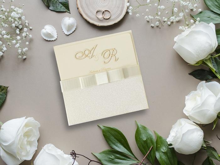 Invitatie din glitter alb cu funda textila